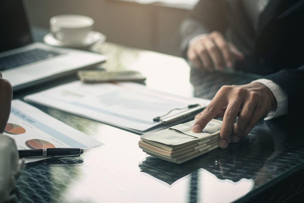 Bild: Die Aufnahme eines Kredits kann für Privatpersonen schneller nötig werden, als diese denken. Bildquelle: bluedog studio – 521200432 / Shutterstock.com