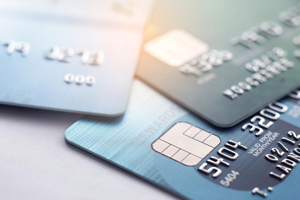 Mehrere Kreditkarten liegen auf dem Tisch