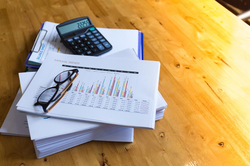 Bild: Möchte man einen Kredit erhalten, muss man dem Finanzinstitut einige Dokumente zukommen lassen, bevor das Darlehen bewilligt wird. Bildquelle: kritsada doungdao – 680759953 / Shutterstock.com