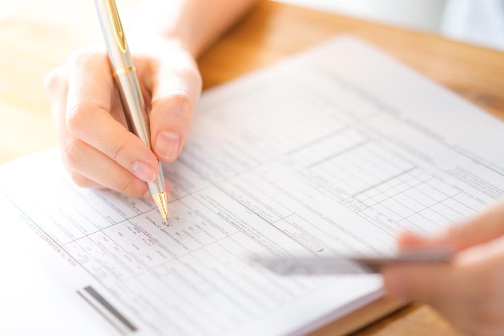 Bild: Möchte man einen Kredit beantragen, gilt es, das entsprechende Formular auszufüllen und zu unterschreiben. Bildquelle: jannoon028 – 648859027 / Shutterstock.com