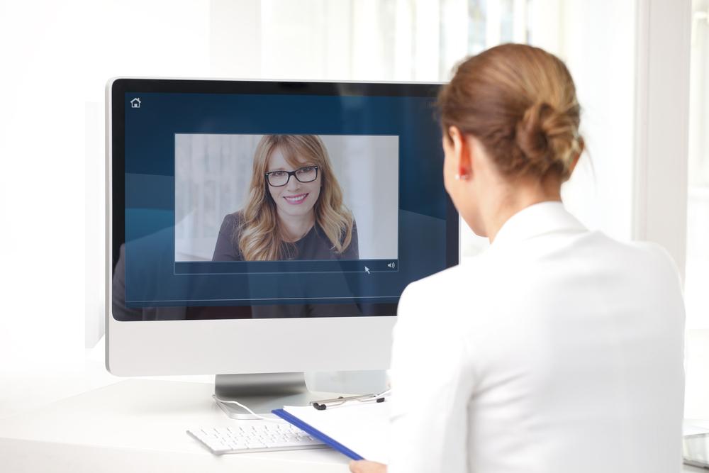 Bild: Die Identität wird meistens über ein Video-Chat-Programm nachgewiesen. Bildquelle: Kinga – 411998743 / Shutterstock.com