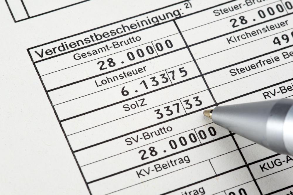 Bild: Um Zahlungsausfälle zu begrenzen, verlangt die Bank aktuelle Verdienstbescheinigungen zur Einsicht. Bildquelle: Bernd Leitner Fotodesign – 211005535 / Shutterstock.com