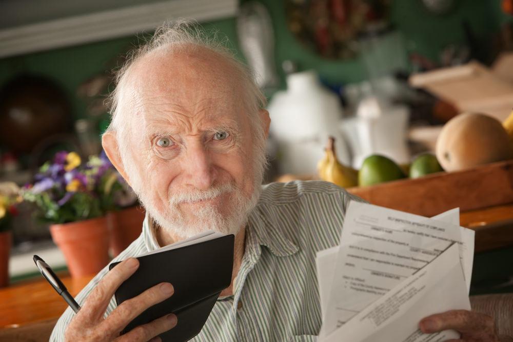 Rechnungen über Rechnungen: Auch im Alter ist oft ein Kredit notwendig. Quelle: CREATISTA – 65403874 / Shutterstock.com