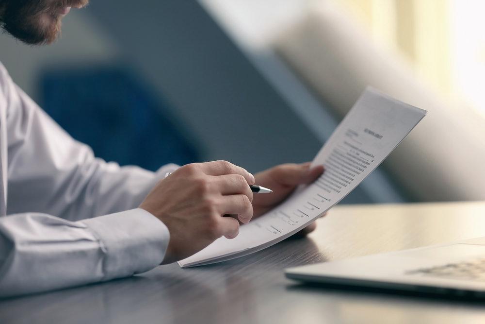 Bild: Wer bei einer Restschuldversicherung einfach so das erstbeste Angebot annimmt, verschenkt bares Geld. Bildquelle: Africa Studio – 543880450 / Shutterstock.com