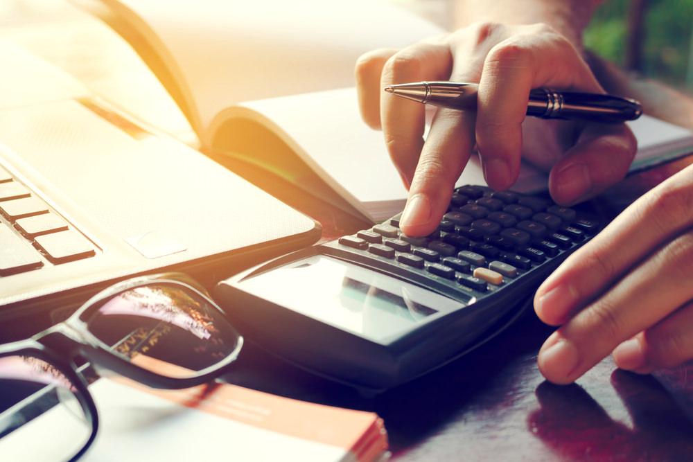 Bild: Wer bei seinen eigenen Finanzen Defizite feststellt, kann von fremdem Geld profitieren. Bildquelle: wutzkohphoto – 573747058 / Shutterstock.com