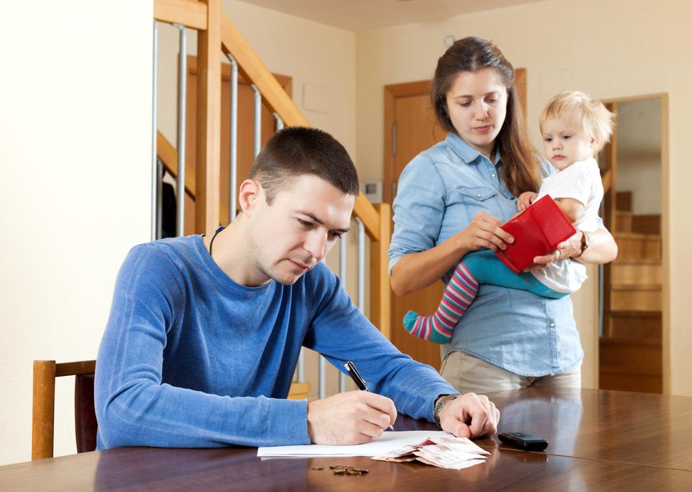 Finanzielle Probleme in der Familie entstehen oft, wenn einem die Kosten über den Kopf wachsen. Quelle: lakov Filimonov – 214846030 / Shutterstock.com
