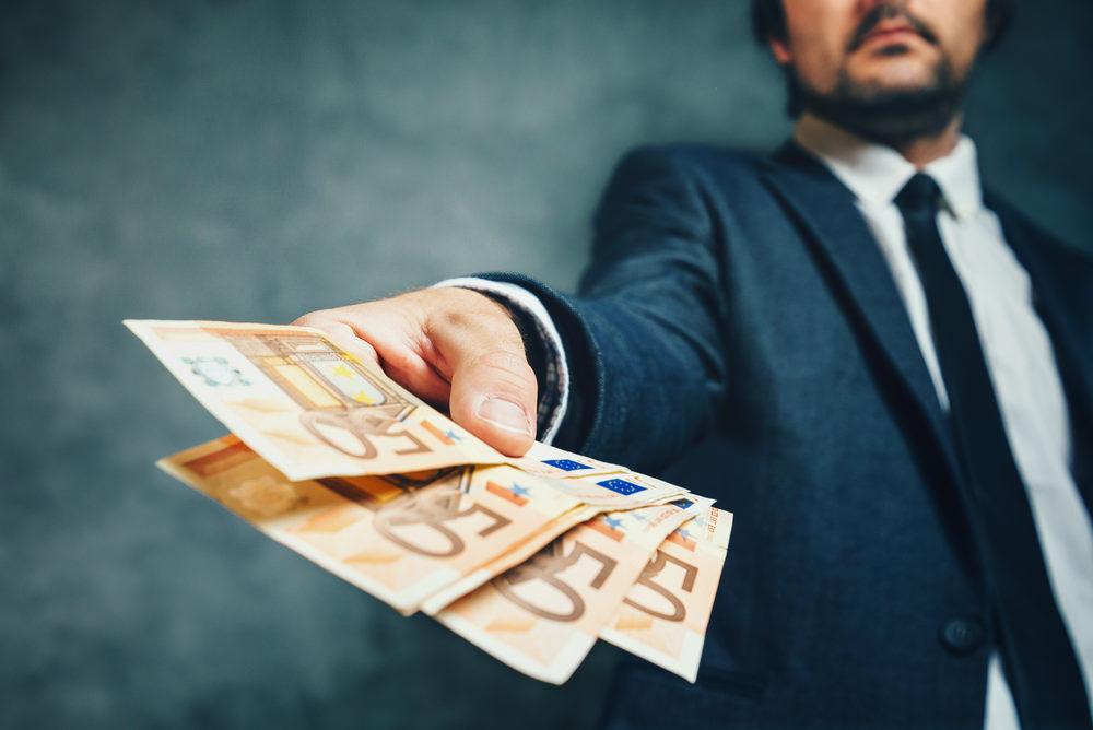 Bild: Bei allzu verlockenden Kreditangeboten ohne Schufa-Abfrage ist immer Vorsicht geboten. Bildquelle: igorstevanovic – 431585722 / Shutterstock.com